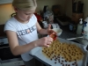 hjemmelavede chokolade og lakrids mandler, Nikoline drysser med lakridspulver