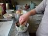 Lav dine egne chokoladeskåle til desserten - Nikoline dypper ballonerne i den 30 grader varme chokolade