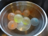 Lav dine egne chokoladeskåle til desserten - husk at skylle vandballonerne, ellers smager chokoladen af gummi