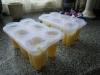 Hjemmelavede ispinde med ananas og solbærsmag,Formene fyldes halvt, og så ned i fryseren med dem i en time eller to