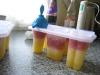 Hjemmelavede ispinde med ananas og solbærsmag, herefter fyldes isformen efter med solbær/ananas frugtgrød