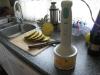 Hjemmelavede ispinde med ananas og solbærsmag,vi blender skiverne