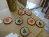 Hjemmelavet julekort, med en lille gave - Fine er de med et lille hjerte eller juletræ malet på