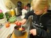 Kandiserede æbler - dejlig slik - Nikoline vender æblet den varme sukkerlage