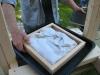 Rammen fjernes efter mosten er pakket ind i lærred