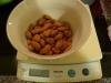 Afvej ca. 100 gram mandler til slikket