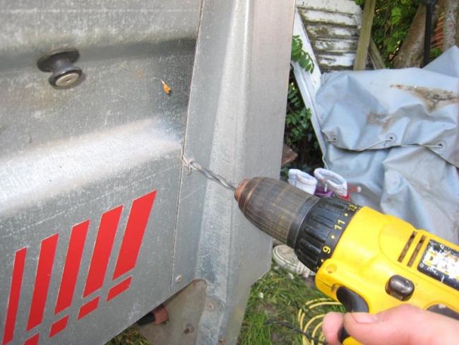 Sæt ny bund i din trailer - Popnitter bores ud