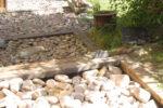 Regnvandsopsamling i haven, faskine med sten i en træramme