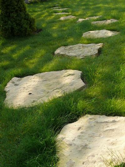 Trædesten der bryder den fine græsplæne, støb stene selv :-)