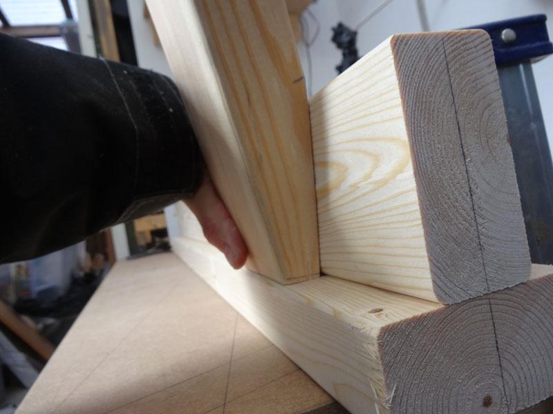 De fire ben skal monteres på bukkene, placer dem 18 cm. inde på overliggeren, på undersiden