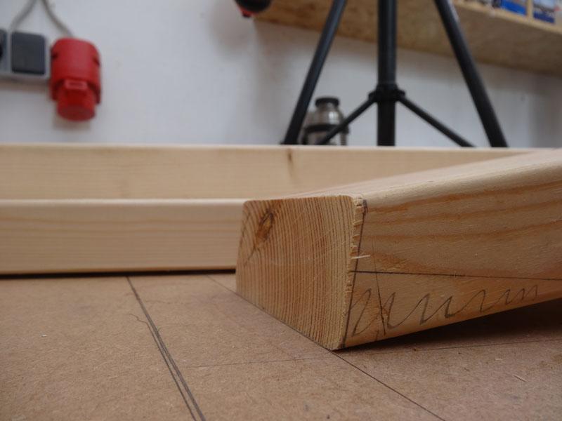 Benene er snittet med 15 grader i top og bund, bunden er færdig ved snittet, men stykket i toppen skal have et langt snit mere