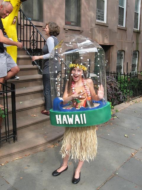 Udklædning til Fastelavn - Sjove kostumer - Hawaii pige i glaskuppel