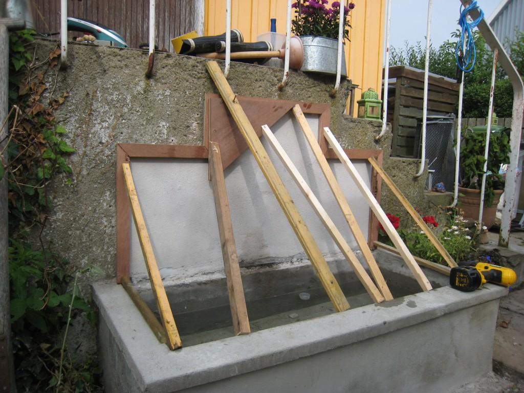 Vi støber en vandkumme, bagstykket er støbt i en ramme bygget til formålet, jeg starter med at kaste en lidt tynd smøre op mod bagvæggen