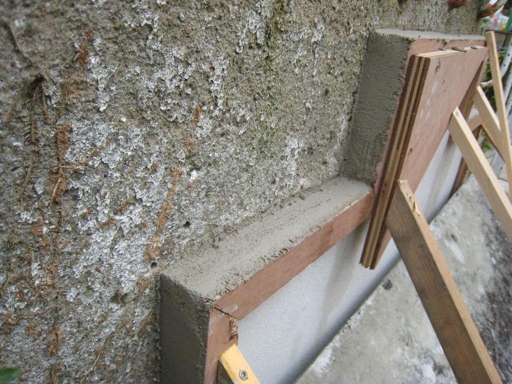 Vi støber en vandkumme, bagstykket er støbt i en ramme bygget til formålet, rammen skal støttet godt, så den ikke løsner sig mog bagvæggen