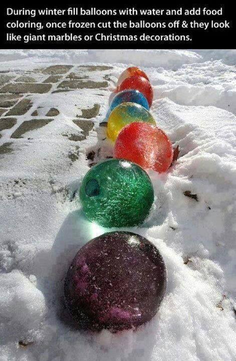 Lav selv de fineste små julekugler i vand, og frugtfarve, og byd gæsterne indenfor med lys