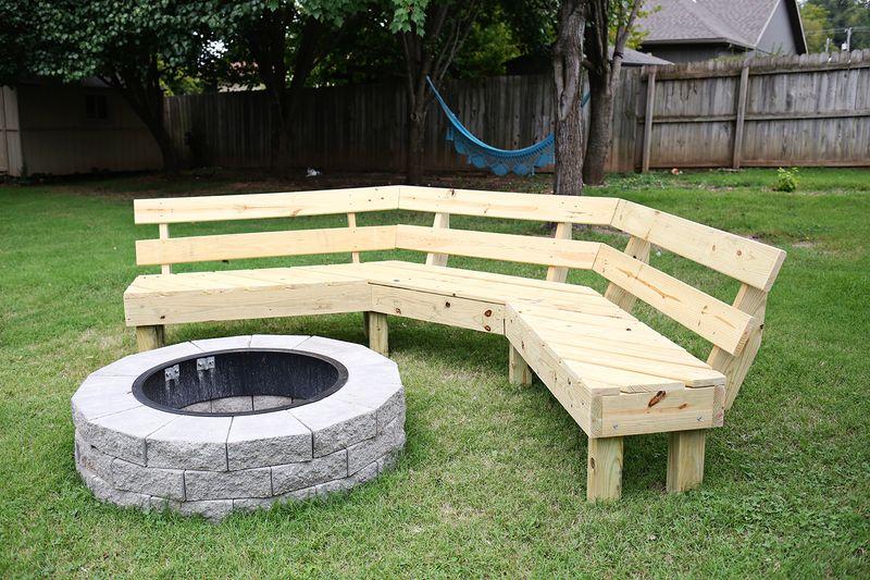 Byg en sofa til ildstedet i haven
